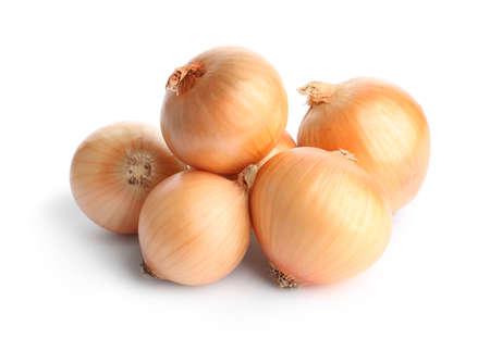 Bulbi di cipolla matura fresca su sfondo bianco