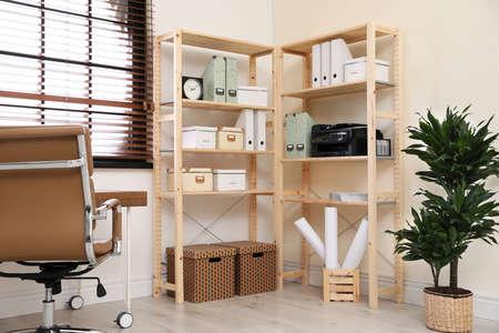 Lugar de trabajo en casa moderno con almacenamiento de madera. Idea para el diseño de interiores Foto de archivo