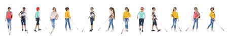 Ensemble d'enfants aveugles avec de longues cannes marchant sur fond blanc Banque d'images