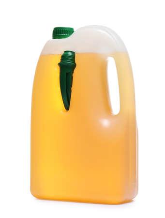 Plastikkanister mit Flüssigkeit für Auto auf weißem Hintergrund Standard-Bild