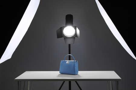 Attrezzatura fotografica professionale preparata per le riprese di borse alla moda in studio
