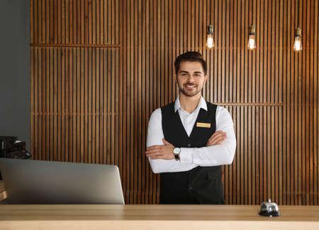 Portrait de réceptionniste au bureau dans le hall