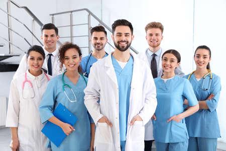 Equipo de trabajadores médicos en el hospital. Concepto de unidad