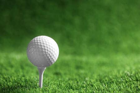 Golfball mit Abschlag auf Kunstrasen, Platz für Text Standard-Bild