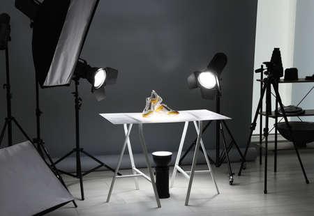 Équipement de photographie professionnel préparé pour photographier des chaussures élégantes en studio