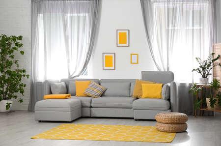 Woonkamer met comfortabele bank en stijlvolle inrichting. Idee voor interieurontwerp