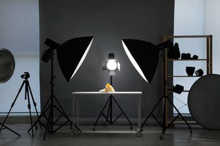 Attrezzatura fotografica professionale preparata per fotografare scarpe alla moda in studio
