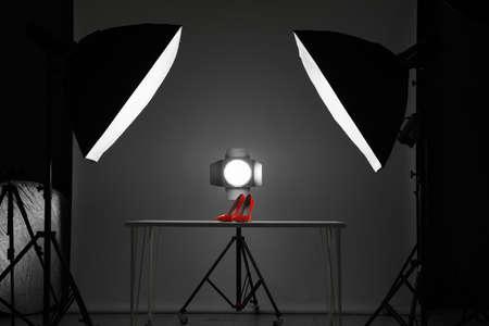 Equipo de fotografía profesional preparado para fotografiar zapatos elegantes en estudio.