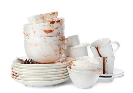 Juego de platos sucios aislado sobre fondo blanco.