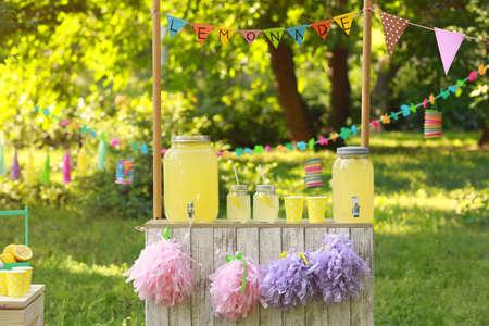 Ingerichte limonadetribune in park. Zomers verfrissend natuurlijk drankje