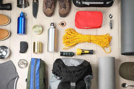 Composition à plat avec différents équipements de camping sur fond de bois Banque d'images