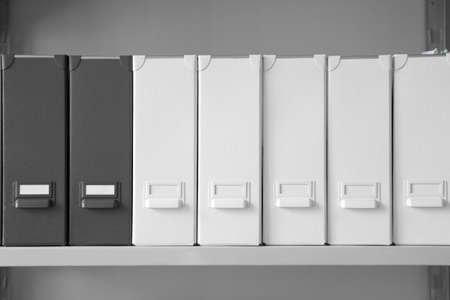 Dossiers avec documents sur étagère dans les archives