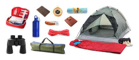 Set mit verschiedenen Campingausrüstungen auf weißem Hintergrund Standard-Bild