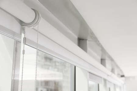 Finestra moderna con tapparelle bianche per interni