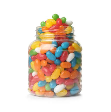 Glas mit leckeren hellen Jelly Beans isoliert auf weiß Standard-Bild