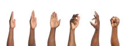 Hombres afroamericanos que muestran diferentes gestos sobre fondo blanco, vista de cerca de las manos