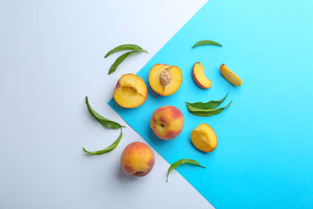 Flat lay composition with fresh peaches on color background 版權商用圖片 - 127765812