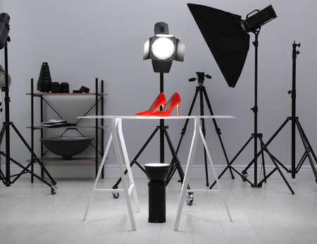 Attrezzatura fotografica professionale preparata per fotografare scarpe alla moda in studio Archivio Fotografico
