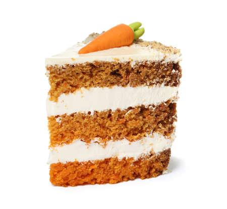 Pedazo de pastel de zanahoria dulce con deliciosa crema sobre fondo blanco.