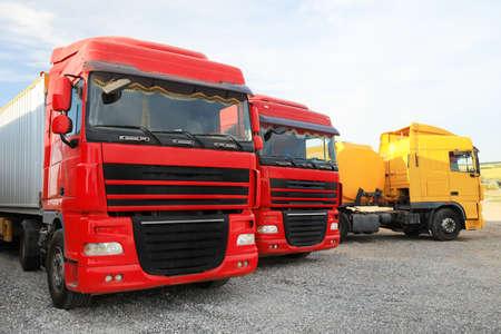Verschiedene helle LKWs parkten draußen. Moderne Verkehrsmittel
