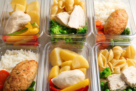 Cajas con comidas preparadas como fondo, vista anterior