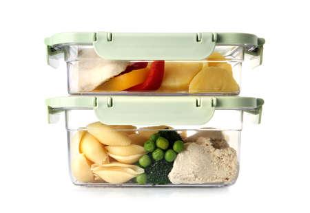 Cajas de plástico con comida recién preparada aislado en blanco Foto de archivo