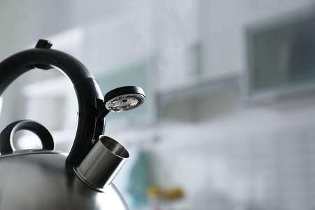 Bollitore moderno con fischietto in cucina, spazio per il testo