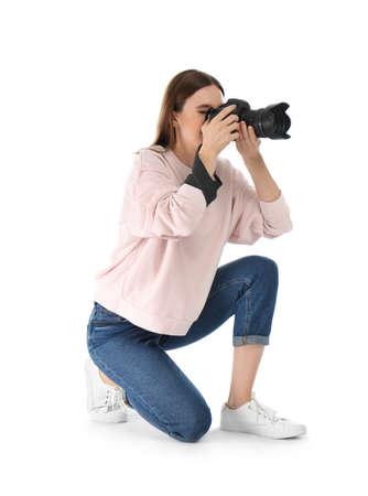 Fotógrafo profesional tomando fotografías sobre fondo blanco.