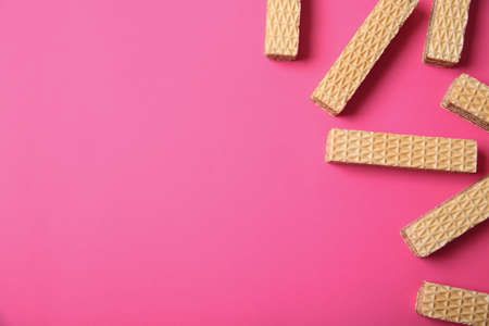 Flat lay composition with delicious crispy wafers on pink background. Space for text Banque d'images