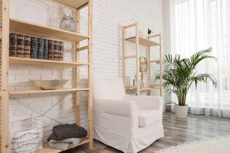 Almacenamiento de madera en elegante salón. Idea para el diseño de interiores