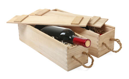 Cajas de madera con vino caro aislado en blanco