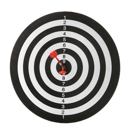 Flechas rojas que golpean el objetivo en el tablero de dardos contra el fondo blanco.