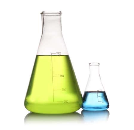 Matraces Erlenmeyer con líquidos de color aislados en blanco. Química de la solución