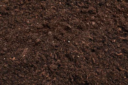Verse grond voor tuinieren als achtergrond, close-up
