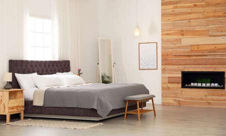 Cama moderna y cómoda en la habitación. Diseño de interiores