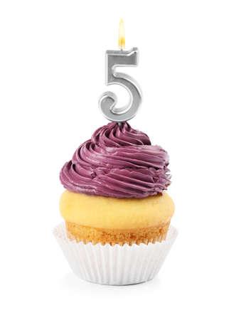 Cupcake de cumpleaños con vela número cinco sobre fondo blanco.