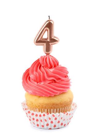 Cupcake de cumpleaños con vela número cuatro sobre fondo blanco.