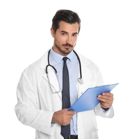 Junger männlicher Arzt mit Zwischenablage auf weißem Hintergrund. Ärztlicher Dienst Standard-Bild