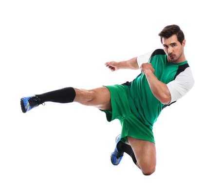 Junger Mann, der Fußball auf weißem Hintergrund spielt