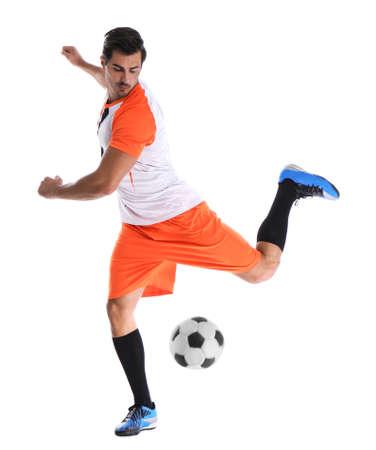 Joven jugando al fútbol sobre fondo blanco.