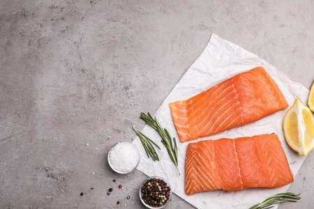 Composizione piatta con filetto di salmone sul tavolo grigio. Spazio per il testo