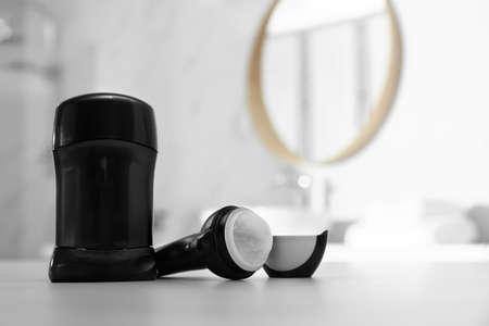 Verschiedene Deodorants auf dem Tisch im Badezimmer. Platz für Text