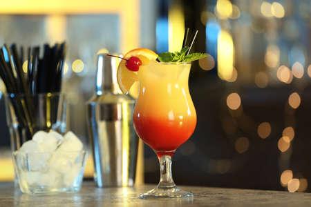 Recién hecho apetitoso cóctel Sex on the Beach en bar Foto de archivo