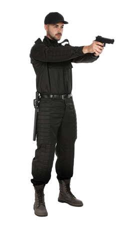 Guardia de seguridad masculino en uniforme con pistola sobre fondo blanco.