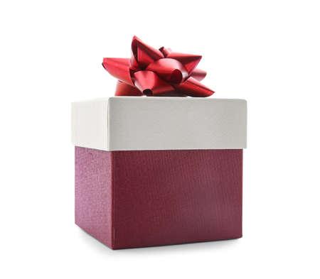 Hermosa caja de regalo con lazo sobre fondo blanco. Foto de archivo