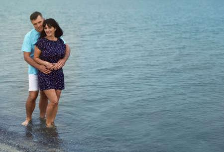 Felice coppia matura trascorrere del tempo insieme sulla spiaggia del mare. Spazio per il testo Archivio Fotografico