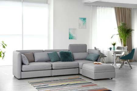 Modernes Wohnzimmer Interieur mit bequemem Sofa Standard-Bild