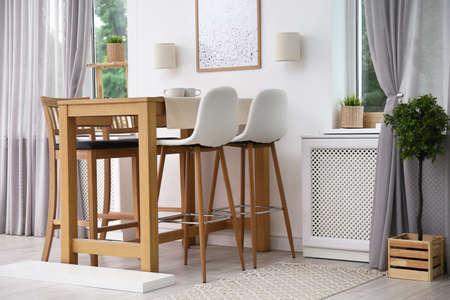 Interior de la habitación moderna con mesa de comedor de madera