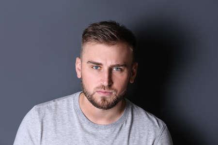 Porträt eines gutaussehenden ernsten Mannes auf grauem Hintergrund Standard-Bild