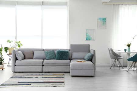 Interiore moderno del salone con comodo divano